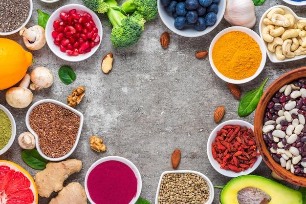 Seleção saudável de alimentos limpos: frutas, vegetais, sementes, superalimentos, nozes, bagas. vista do topo