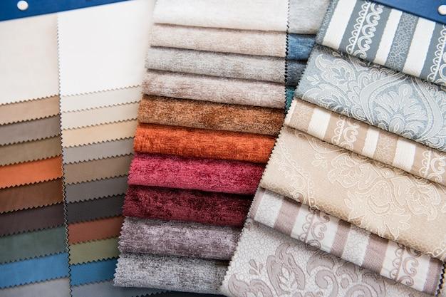 Seleção variada de amostras de cores de tecido