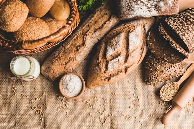 Seleção variada de pães recém-feitos