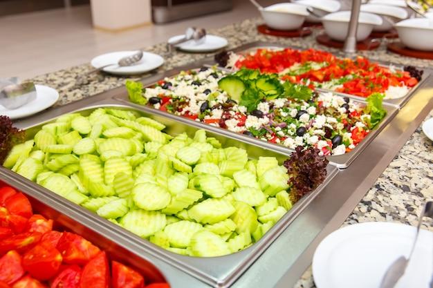 Selecção de saladas num restaurante do hotel