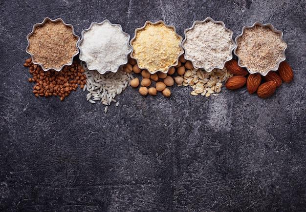 Selecção de várias farinhas isentas de glúten (amêndoa, trigo mourisco, arroz, grão-de-bico e aveia)