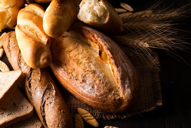 Selecção sortida de pastas e rolos de pão fresco