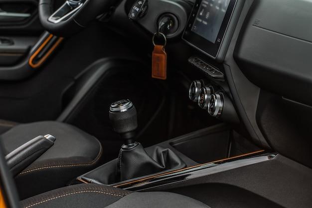 Seletor de mudança de transmissão manual no interior do carro. alavanca de mudança de marcha em um carro moderno. alavanca de mudança de alavanca de transmissão de caixa de engrenagens.