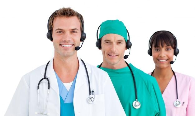 Selfassured três médicos sorridentes