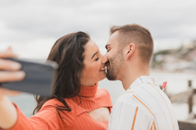 Selfie com casal se beijando