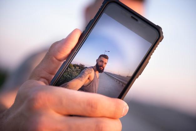Selfie com um smartphone durante o treinamento ao ar livre