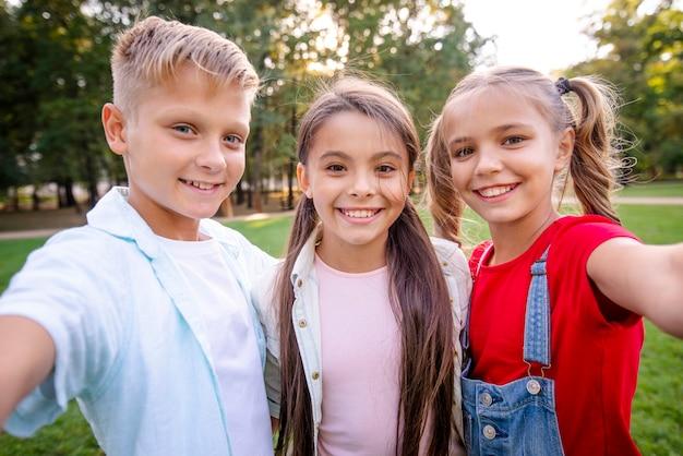 Selfie de crianças olhando para a câmera