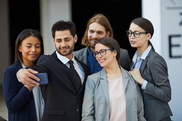 Selfie de grupo da equipe de negócios