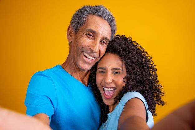 Selfie de pai e filha sorrindo. pai e filha tirando selfie