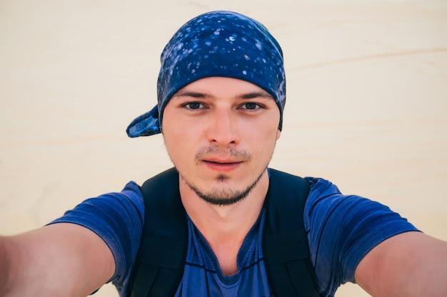 Selfie de um homem viajando no deserto