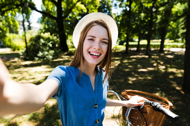 Selfie de uma mulher com sua bicicleta