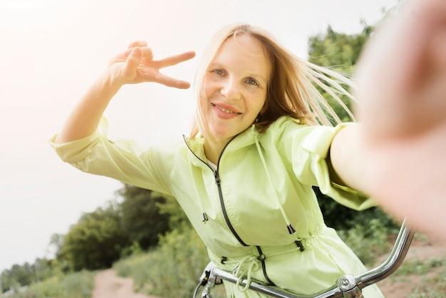 Selfie de uma mulher feliz em bicicleta