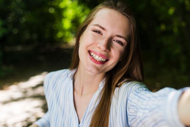 Selfie de uma mulher sorridente