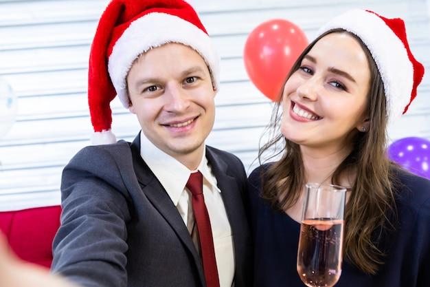 Selfie do casal feliz, segurando a taça de champanhe