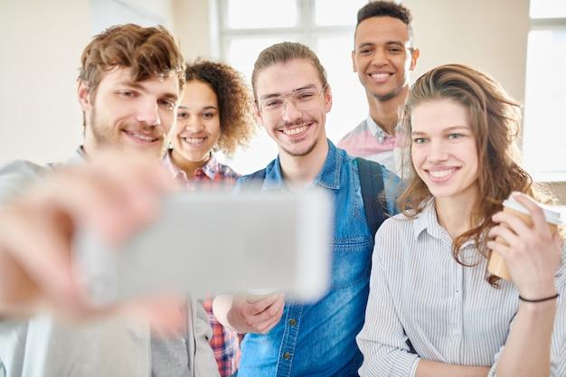 Selfie em grupo de alunos