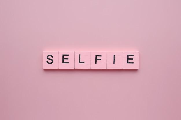 Selfie, em um fundo rosa
