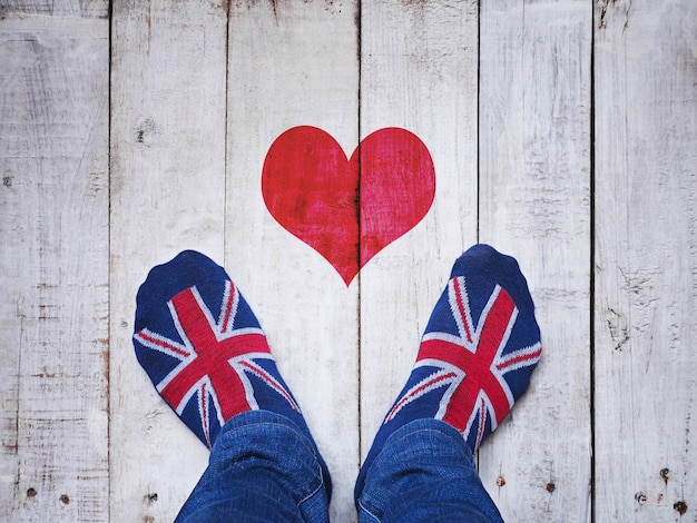 Selfie pés vestindo meias com padrão de bandeira britânica