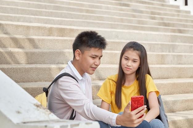 Selfie-retrato de casal engraçado ao ar livre