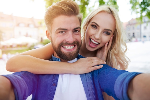 Selfie tirada por jovem casal feliz