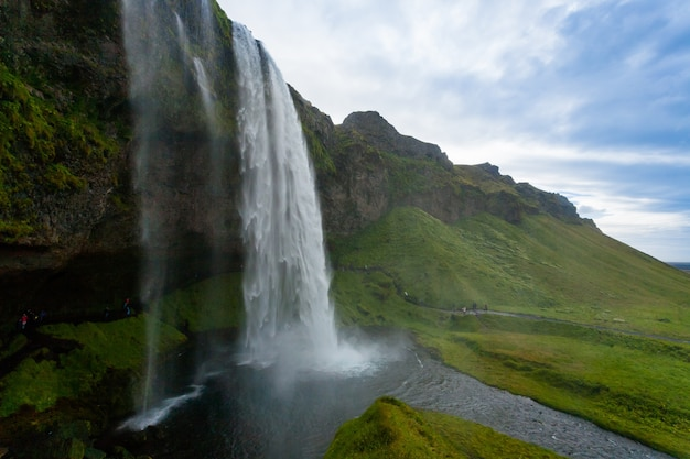 Seljalandsfoss cai em vista da temporada de verão, islândia