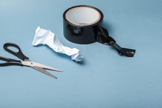 Sellotape, scotch, pintor e fita adesiva em um fundo de papel