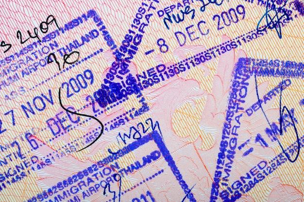 Selos de entrada e saída da tailândia em um passaporte