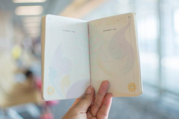Selos de imigração no passaporte no aeroporto.