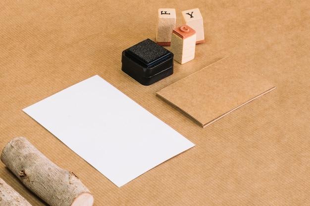 Selos e madeira perto de papel Foto gratuita