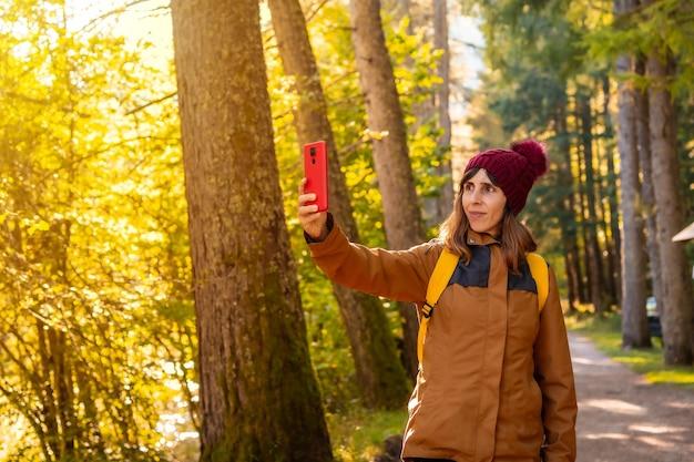 Selva de irati ou no outono, estilo de vida, um jovem caminhante tirando fotos na floresta. ochagavia, norte de navarra na espanha, selva de irati