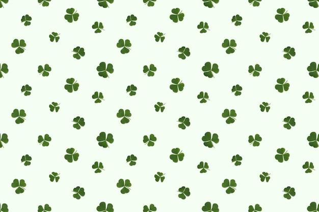 Sem costura padrão repetitivo de folhas verdes de fundo verde claro de trevo (trevo).
