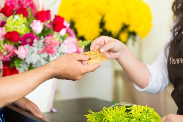 Sem dinheiro - compra de flores com cartão de crédito