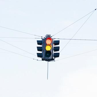Semáforo colorido na interseção de rua