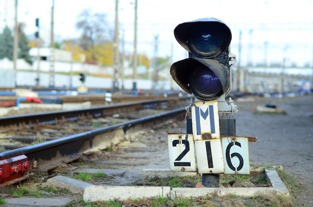 Semáforo com luz azul acesa. a intersecção de trilhos de trem