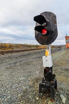 Semáforo de tráfego ferroviário. estação ferroviária na tundra de outono.