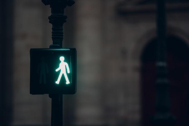 Semáforo europeu na rua. regras do conceito de estrada.