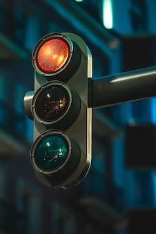 Semáforo moderno, mostrando a cor vermelha à noite em uma cidade moderna