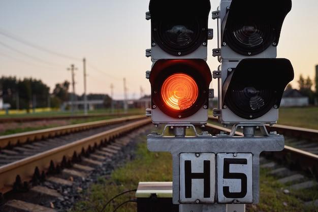 Semáforo mostrar sinal vermelho em uma estrada de ferro, close-up