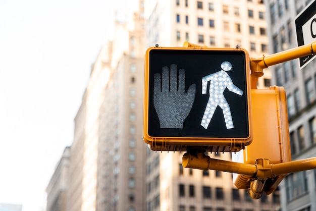 Semáforo na cidade com fundo desfocado