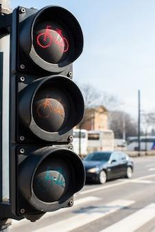 Semáforo para uma bicicleta perto de uma rodovia na cidade