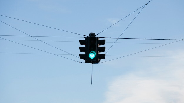 Semáforo pendurado acima do cruzamento das estradas
