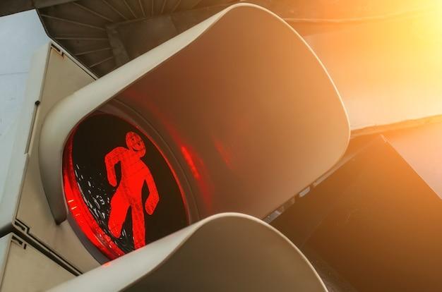 Semáforo vermelho e o homenzinho com um sorriso na rua da cidade.