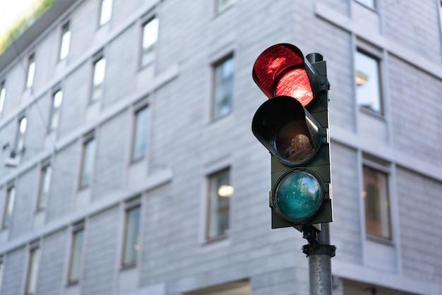 Semáforo vermelho no centro da cidade com traçado de recorte e espaço de cópia