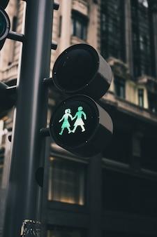 Semáforos de uma cidade com figuras lésbicas
