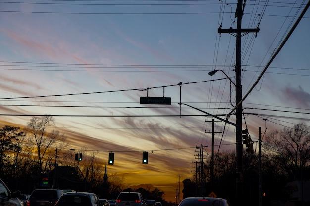 Semáforos e céu antes do pôr do sol