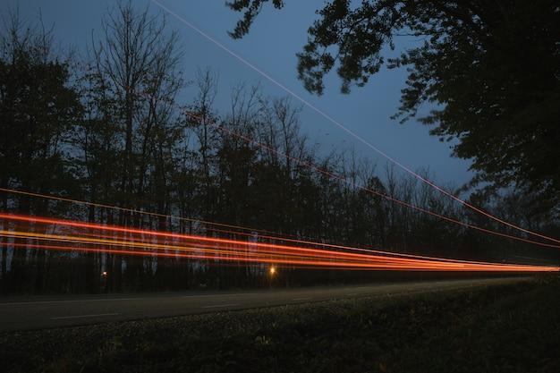 Semáforos no crepúsculo, virando a estrada