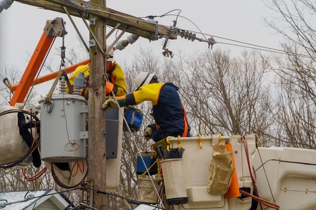 Semanas depois que as equipes de serviços de manutenção do furacão ainda estão trabalhando duro, restaurando o poder de consertar as linhas danificadas.