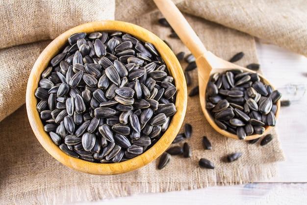 Semente de girassol fresca. sementes de girassol descascadas na bacia de madeira.