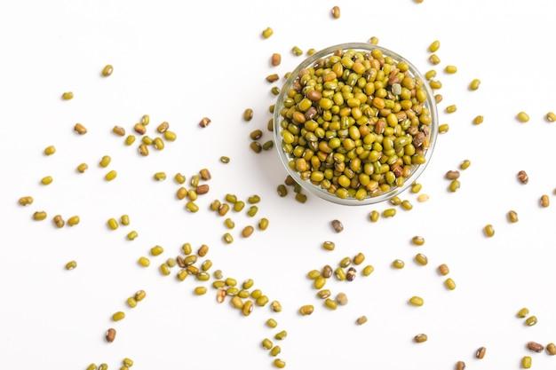 Semente de grama verde ou feijão mungo na tigela em branco