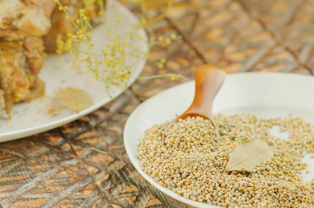 Semente de mostarda indiana amarela em tigela branca
