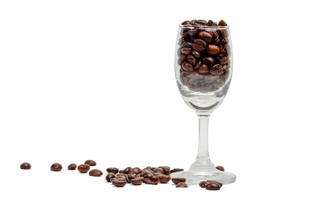 Semente do café do café no vidro e na semente de vinho no fundo branco.